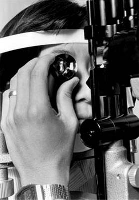 Рис 9б. Гониоскопия у ребенка за щелевой лампой, под местной анестезией (современное фото)